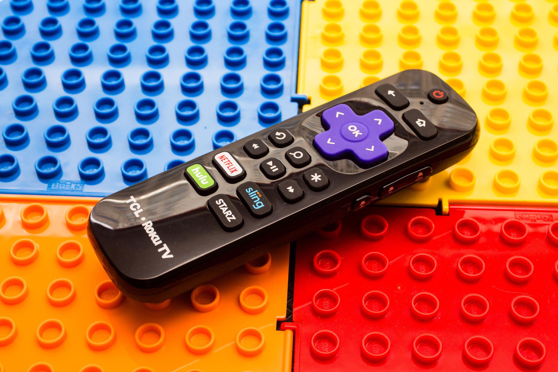 Control remoto de Roku sobre un tapete de legos