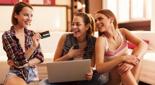 Grupo de chicas que pagan con tarjeta de crédito