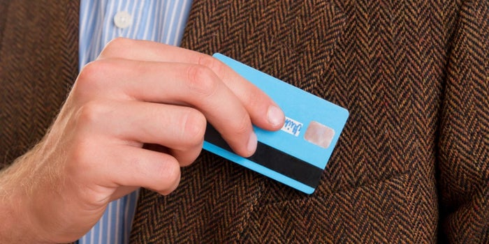 Tarjeta de crédito en bolsillo