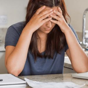 Mujer revisando sus formatos de cuenta