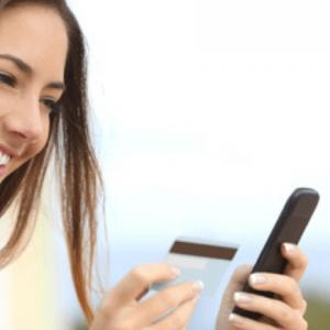 Mujer revisando su tarjeta de crédito