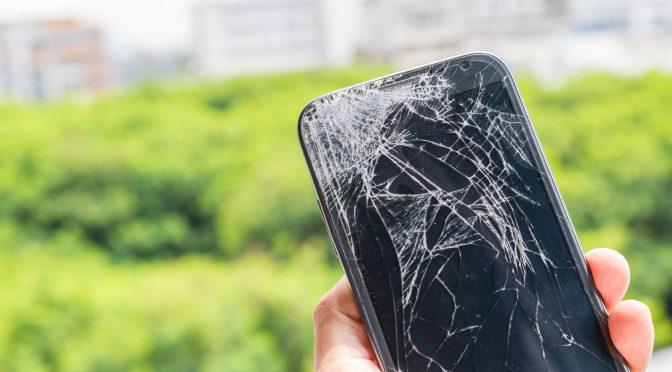 hombre con su celular estrellado