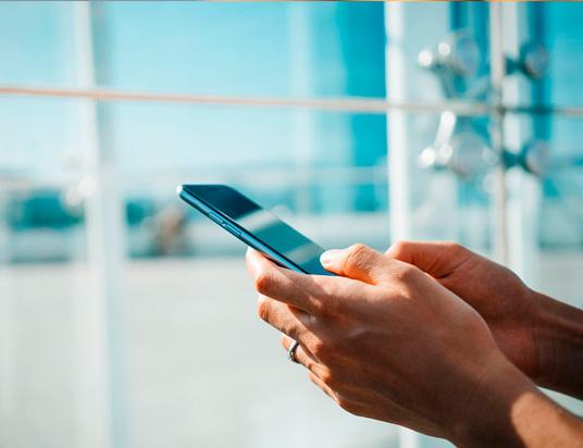 hombre escribiendo en su celular