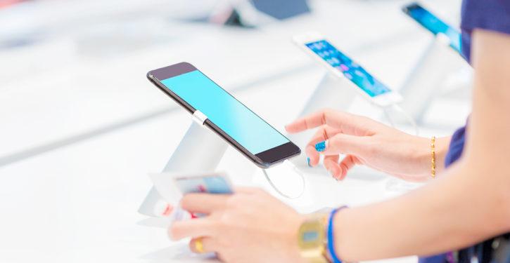 mujer comprando un nuevo celular