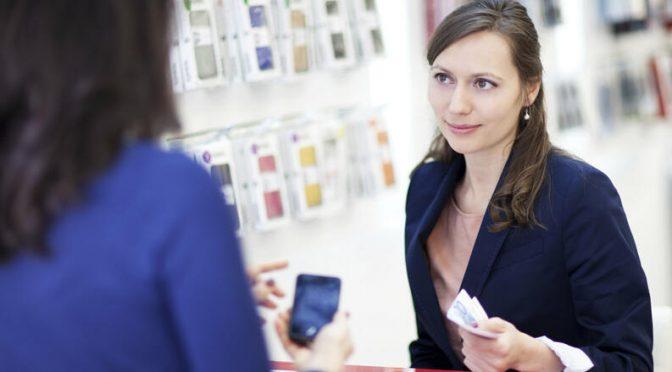 mujer comprando un celular