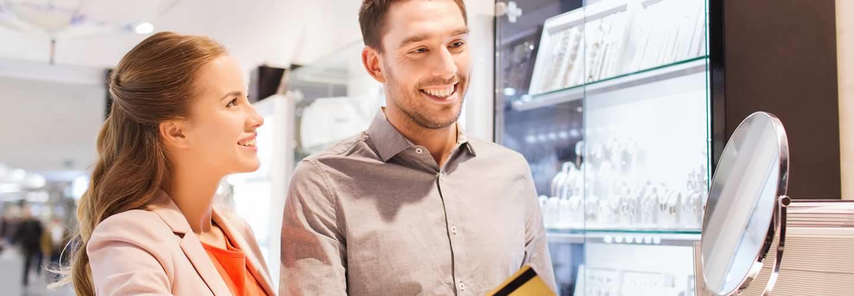 Hombre pagando con tarjeta de recompensas