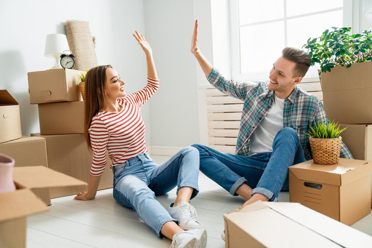pareja adquiriendo una hipoteca