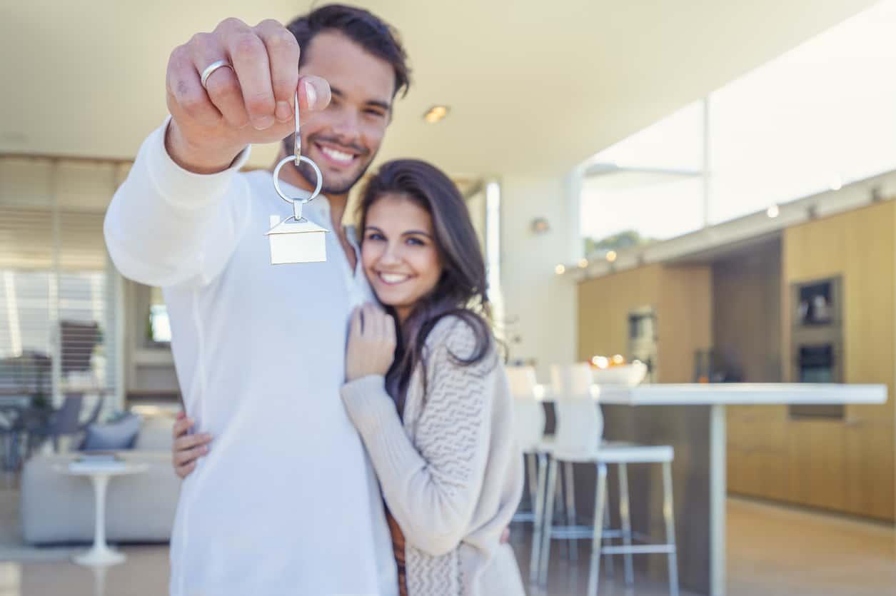 pareja compra nueva casa