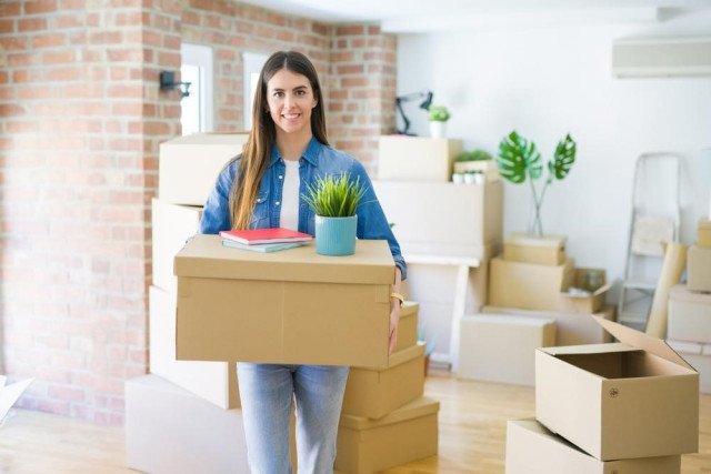 mujer feliz en nuevo departamento