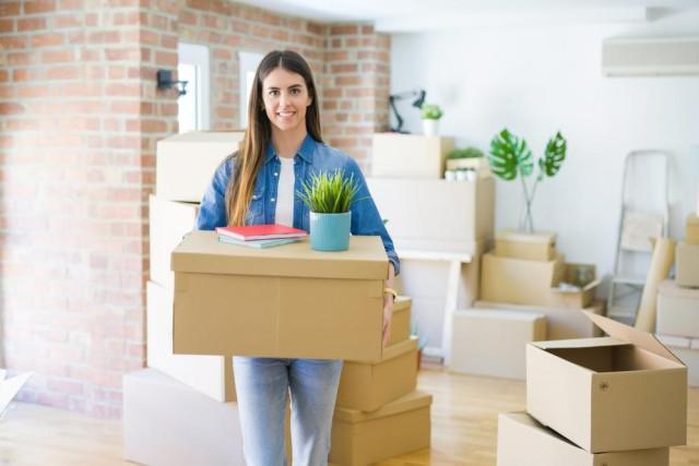 mujer mudándose a nuevo departamento