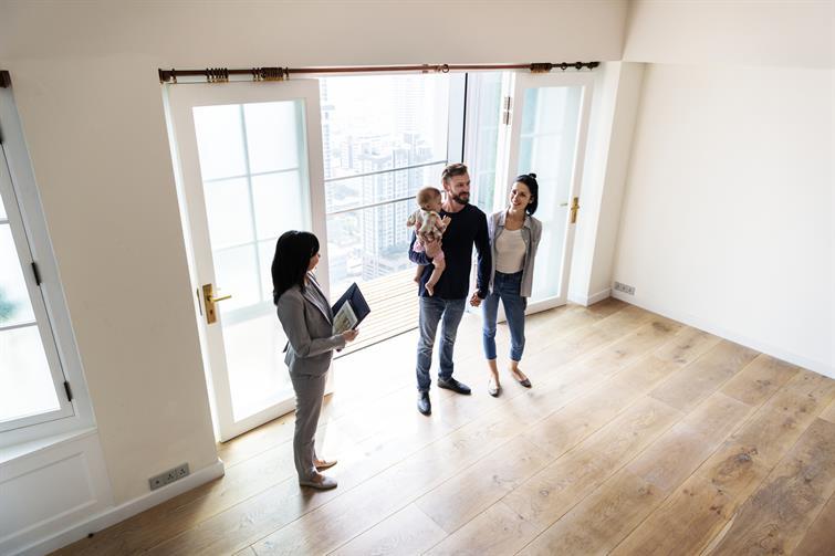 familia adquiriendo una hipoteca