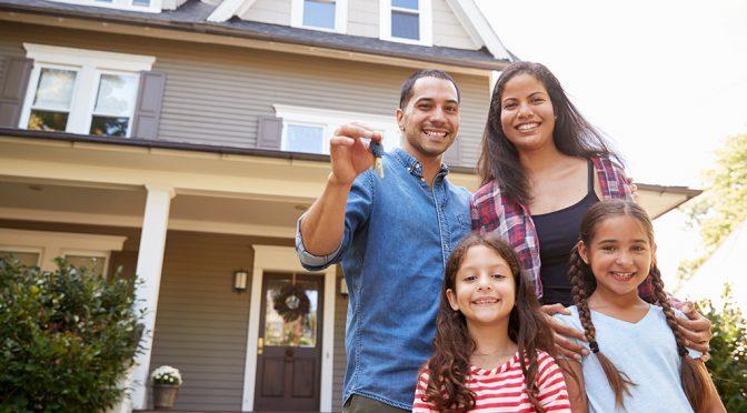 familia compra casa con hipoteca