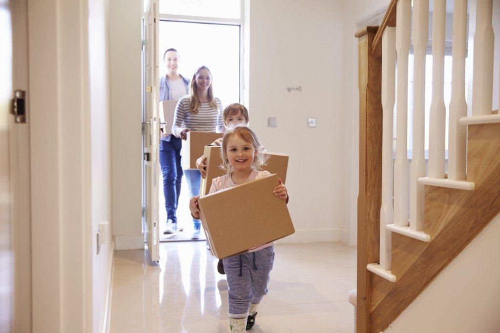 familia llegando a casa nueva con hipoteca